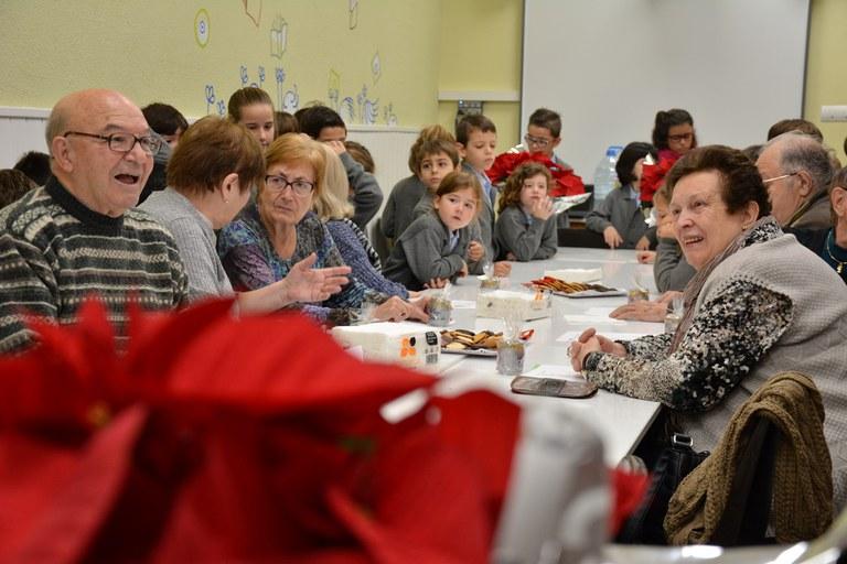 Intercanvi de nadales entre el Consell Consultiu de la Gent Gran i els infants de l'Escola Balmes