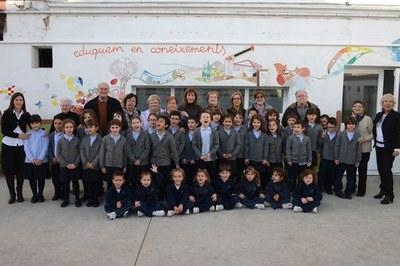 Els membres del Consell Consultiu de la Gent Gran i els alumnes de l'Escola Balmes, amb la regidora Marta García (foto: Localpres).