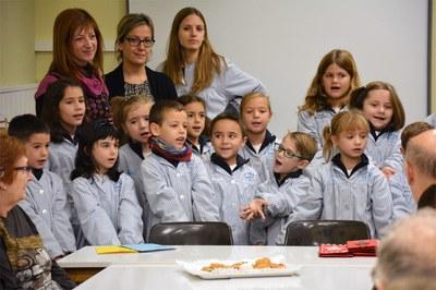 La regidora Marta García ha acompanyat els infants i avis