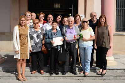 Els consellers i conselleres, amb l'alcaldessa i la regidora de l'Àrea de Serveis a les Persones (foto: Localpres).