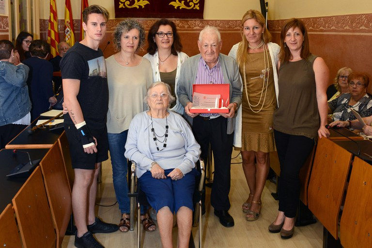 El Miquel Galofré acompanyat de la seva família, amb l'alcaldessa i la regidora (foto: Localpres)