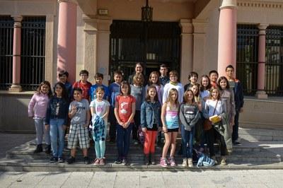 Els membres del Consell dels Infants de Rubí s'han fet una foto amb l'alcaldessa davant de l'Ajuntament (foto: Localpres).