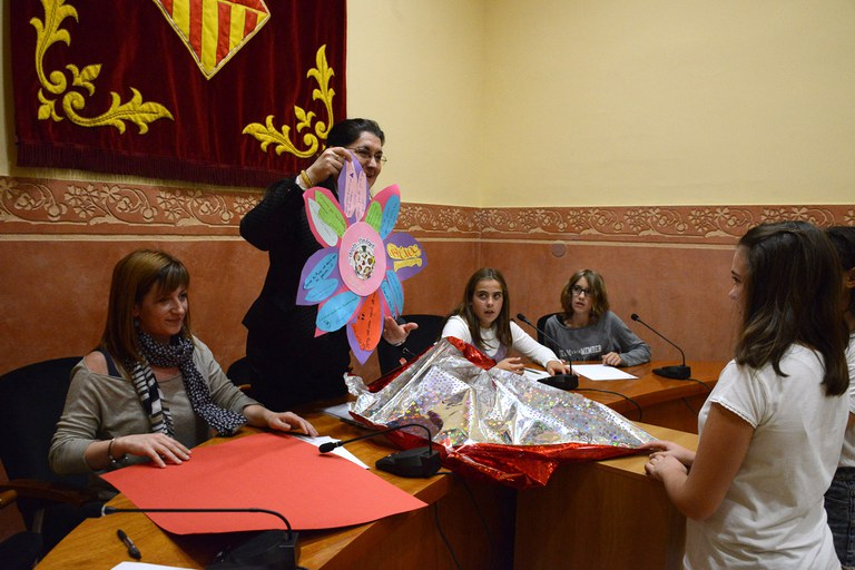 Els membres del consell han lliurat a l'alcaldessa una flor amb frases d'agraïment (foto: Localpres)