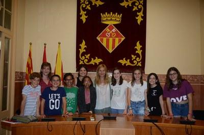 L'alcaldessa i la regidora, juntament amb els representants del Consell Consultiu dels Infants i Adolescents de Rubí (foto: Localpres).
