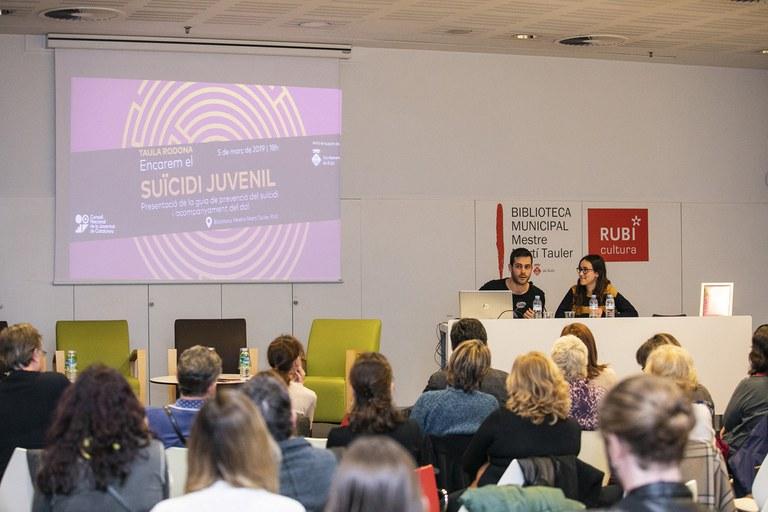 """Durant l'acte s'ha presentat la guia """"Encarem el suïcidi juvenil"""" (foto: Ajuntament – Lali Puig)"""