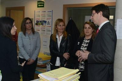 L'alcaldessa i la regidora han acompanyat el conseller a la visita que ha fet als jutjats de la ciutat (foto: Localpres).