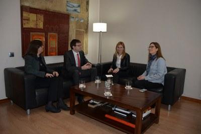 Durant la seva visita a la ciutat, el conseller ha mantingut una reunió de treball amb l'alcaldessa i la regidora (foto: Localpres)
