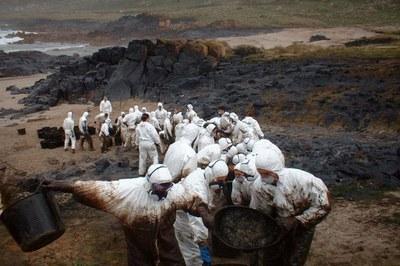 Diversos rubinencs van col•laborar, l'any 2002, en la neteja de fuel provinent del vessament del Prestige (foto: Consello de Camariñas).
