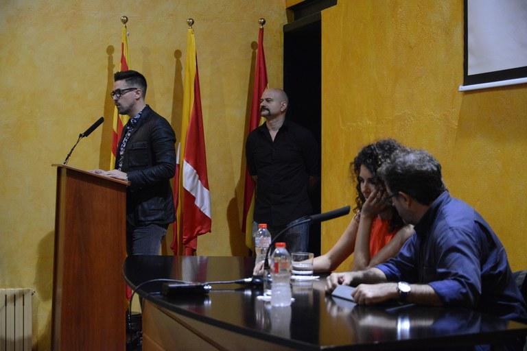 Moisés Rodríguez, durant la seva intervenció i, en primer terme, la fotògrafa Laura El-Tantawy (foto: Localpres)