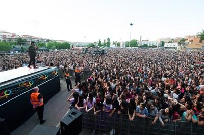 Tony Aguilar presentant el festival davant de desenes de milers de persones (foto: Localpres).