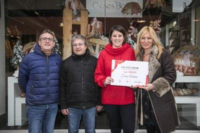 L'alcaldessa, el regidor de Comerç i el president de Comerç Rubí amb Rosa Aribau davant de l'aparador guanyador del concurs (foto: Ajuntament de Rubí - Lali Puig).