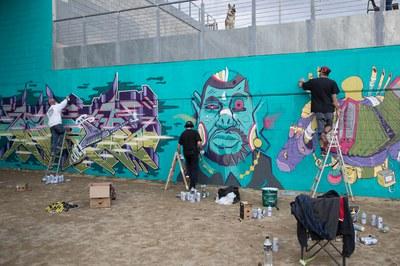 Últims retocs als grafitis de la plaça Josep Tarradellas (foto: Localpres).