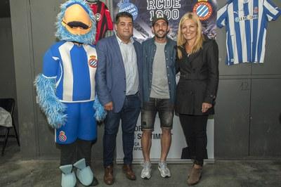 El jugador de l'RCD Espanyol es va comprometre a participar a la gala durant la inauguració de la penya blanc-i-blava (Foto: Cesar Font).