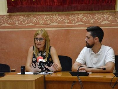 L'alcaldessa i el regidor durant la roda de premsa.