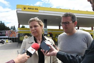 Cristina Julià i Rafael Güeto a la gasolinera Rally (foto: Localpres).