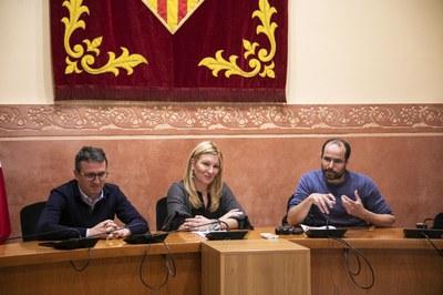 El regidor de comerç, l'alcaldessa i el representant de Vendipractic han atès la premsa després de la signatura del document (foto: Ajuntament de Rubí – Lali Puig).