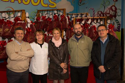 Els membres de l'Associació d'Adjudicataris del Mercat, amb el director de l'equipament, l'alcaldessa i el regidor de Comerç (foto: Localpres).