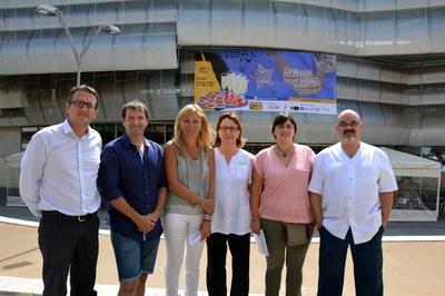 L'alcaldessa i el regidor de Comerç, acompanyats de membres de l'Associació d'Adjudicataris i de l'Esbart.