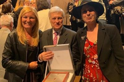 L'alcaldessa i l'artista local Anna Tamayo han acompanyat Pere Vallhonrat durant l'acte, celebrat al Centre de Convencions Internacional de Barcelona (foto: Ajuntament).