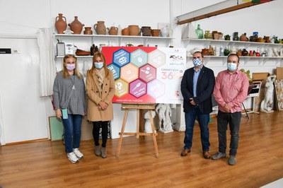 L'alcaldessa, el regidor d'Educació, la directora de l'escola Montessori i el director d'edRa amb una simulació del carnet Rubí 360  (foto: Ajuntament de Rubí – Localpres).
