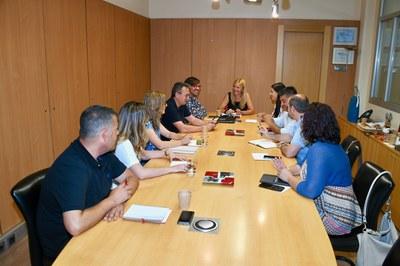 Abans de presentar-se a la plantilla, els regidors i regidores de l'equip de govern s'han reunit amb l'alcaldessa (foto: Ajuntament – Localpres).