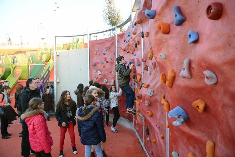 Els nens i nenes han pogut examinar el resultat de les obres i provar algunes de les seves instal·lacions, com per exemple el rocòdrom (foto: Localpres)