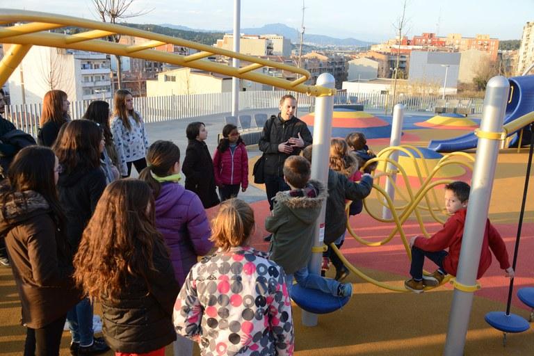 L'arquitecte municipal que ha coordinat el projecte ha explicat als membres del Consell dels Infants les particularitats del parc (foto: Localpres)