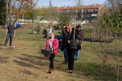 L'alcaldessa ha participat en aquesta edició de la plantada d'arbres a Ca n'Alzamora (foto: Localpres.