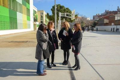 L'alcaldessa i la regidora de Serveis a les Persones, amb la cap d'estudis de l'Escola Pau Casals i una representant de l'AMPA (foto: Localpres).