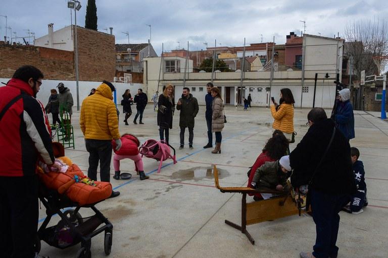 L'alcaldessa i els regidors de Serveis a les Persones i Educació han visitat el pati (foto: Localpres)