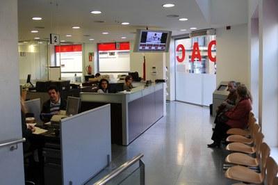 L'Oficina d'Atenció a la Ciutadania està ubicada a la plaça de Pere Aguilera (foto: Lídia Larrosa) .