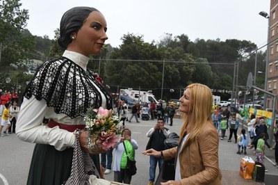 L'alcaldessa fent una ofrena a la geganta Lola (Foto: Loclapres).
