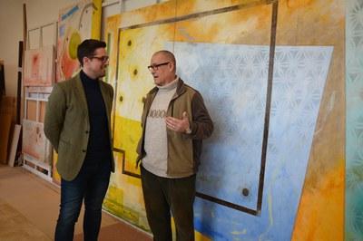 El regidor de Cultura, Moisés Rodríguez, conversant amb Sergi Marcos.