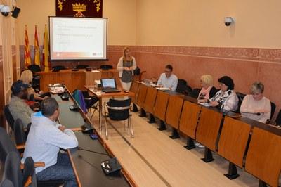 L'alcaldessa, Ana María Martínez, dirigint-se als assistents a una de les trobades amb veïns de Les Torres.