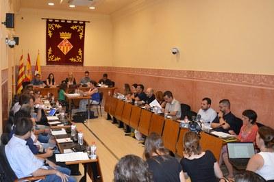 A la sessió d'aquest dijous, els nous regidors del Ple municipal han ocupat el seu lloc a la sala Enric Vergés (foto: Ajuntament).