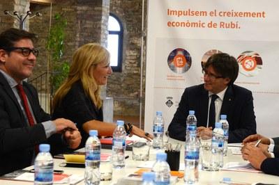 L'alcaldessa i el president Puigdemont amb el delegat del Govern a la Masia de Can Serra (foto: Localpres).