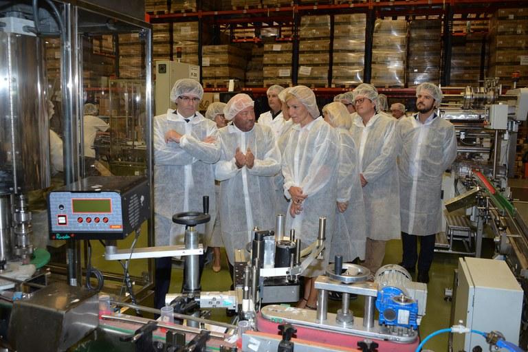 La comitiva ha visitat la planta de producció de Deltalab (foto: Localpres)