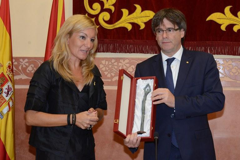 L'alcaldessa entrega 'La dansaire' a Puigdemont (foto: Localpres)