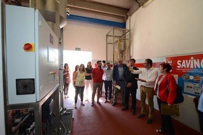 Agents implicats en el projecte visitant la nova planta pilot (foto: Localpres).