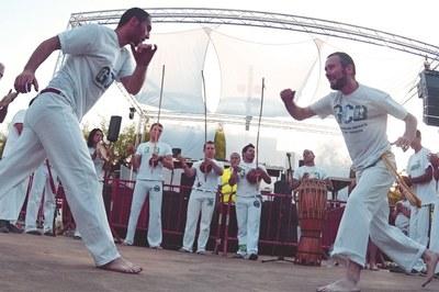 La plaça de Ca n'Oriol acollirà un taller i una exhibició de capoeira a càrrec d'ACBAE (foto: ACBAE).