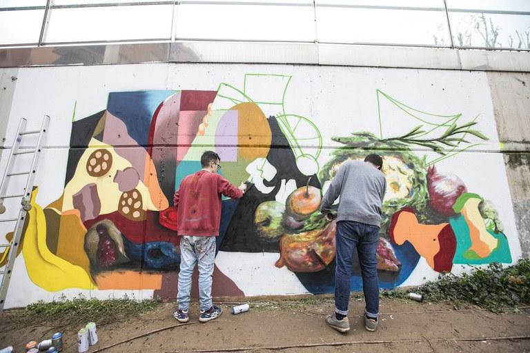 El concurs de grafits de la campanya Excuses o separes s'ha iniciat a Rubí amb els artistes locals Navy Muluk i Javi Mar (foto: Lali Puig)