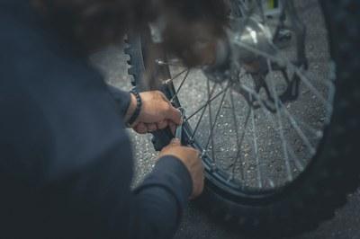 Un dels Ecotallers mostrarà com reparar i fer el manteniment d'una bicicleta (foto: Ajuntament de Rubí).