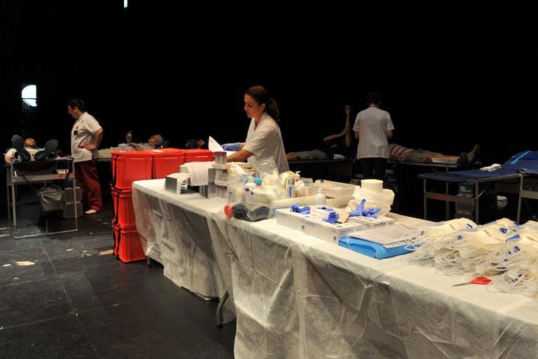 Les donacions es fan sobre l'escenari del teatre (foto: Localpres)
