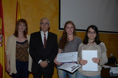 """Clara Mir i Neus Monzó, de l'INS J.V. Foix, han estat les segones finalistes amb el treball """"Realment vols un príncep?"""" (foto: Localpres)"""