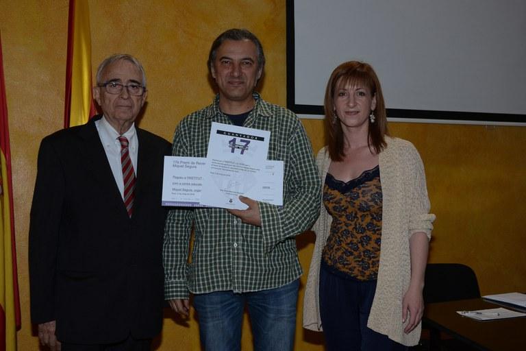 El director de l'INS J.V. Foix, Joan Arjona, ha recollit el premi en nom del centre guanyador d'aquesta edició (foto: Localpres)