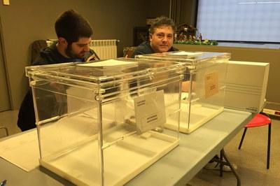 A les 9 h, els membres de les diferents meses ja estaven a punt per rebre els primers electors (foto: Localpres).
