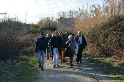 Els regidors de Medi Ambient dels ajuntaments de Rubí i Sant Cugat, passejant pels voltants de l'estany dels Alous.
