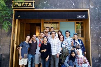 Els alumnes rubinencs amb Oliver Peña, davant d'un dels restaurants del grup dels germans Ferran i Albert Adrià.