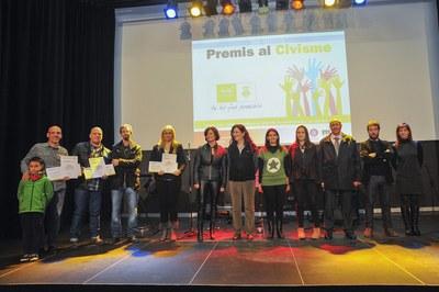 Els guardonats amb els Premis al civisme han posat per a la foto de família amb els seus diplomes (foto: Localpres).