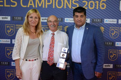 L'alcaldessa, Ana María Martínez, i el regidor d'Esports, Juan López, amb un dels premiats, José Martínez, del Club Escola de Futbol Can Mir (foto: Localpres).